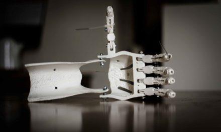 UTILIZAN IMPRESIÓN 3D PARA CREAR UNA MANO ROBÓTICA DE BAJO COSTO Y CON MÁS FUNCIONES