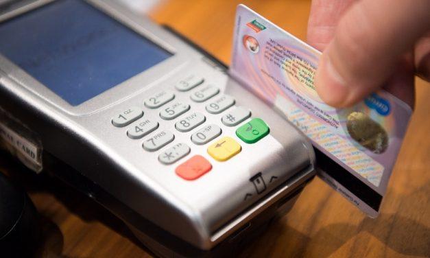 Críticas a la medida que obliga a los comercios a aceptar tarjeta de débito