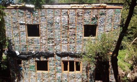 Casas ecológicas hechas con botellas de plástico