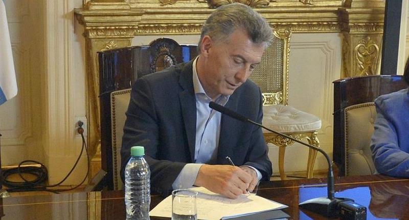 695c5c9b6 Macri firmó decreto para el pago del bono, que será de $5.000 y en cuotas