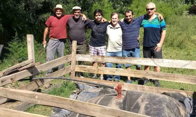 Un grupo de emprendedores logró reemplazar tecnología importada para producir biogás en el campo