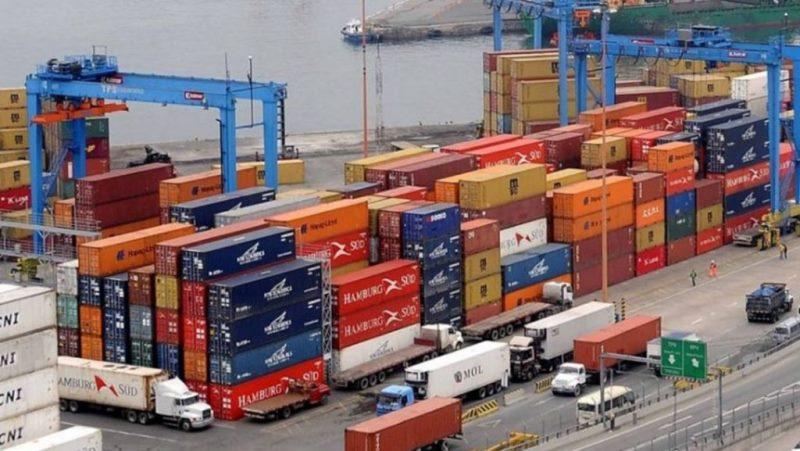 Por octavo mes consecutivo la caída de las importaciones permitió consolidar el superávit de la balanza comercial