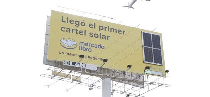 Mercado Libre instaló un cartel que utiliza energía solar para permanecer encendido