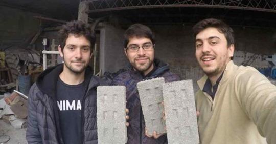 Emprendedores cordobeses fabrican ladrillos con botellas plásticas