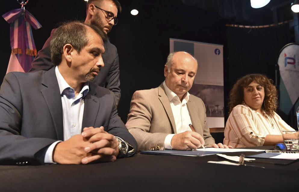 La Provincia firmó convenios con municipios neuquinos vinculados al Proyecto Vaca Muerta