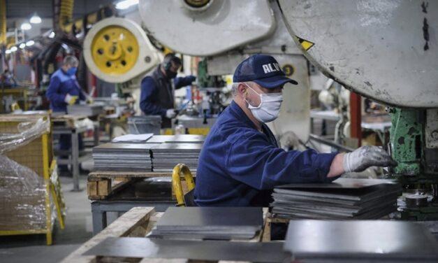 La producción industrial cayó 6,9% interanual en julio y la construcción cedió 12,9%