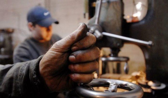 El Gobierno oficializó el aumento del salario mínimo, vital y móvil en tres tramos
