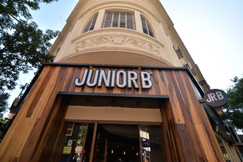 Junior B rediseña sus locales, cambia su imagen de marca, carta y procesos internos