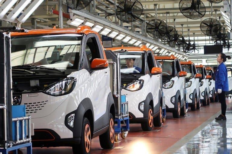 Argentina y empresa china firman acuerdo para producir vehículos eléctricos en el país
